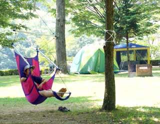 キャンプ場でハンモックチェアー
